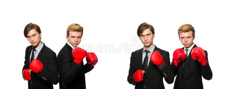 Пары бизнесменов кладя в коробку на белизне стоковое изображение rf