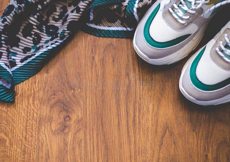 Пары ботинок спорта на деревянной предпосылке Новые тапки и космос для текста объявления стоковые фотографии rf
