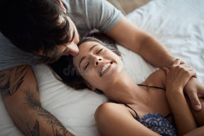 пары быть интимный во взгляде сверху кровати стоковая фотография rf