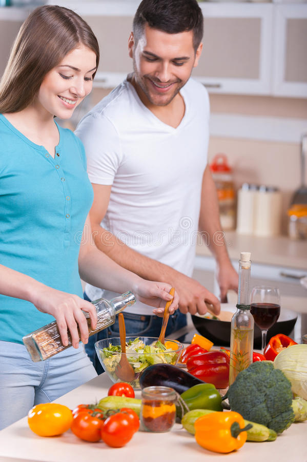 Пары варя обедающий. стоковое изображение