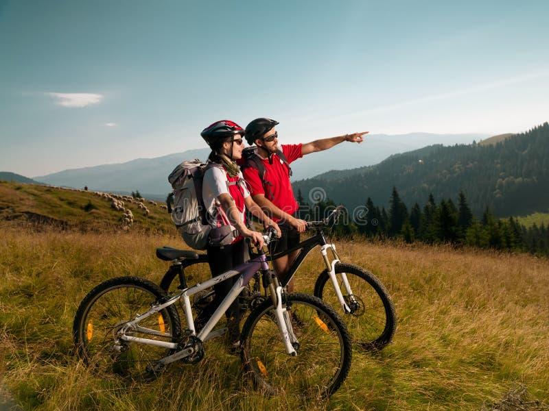 Пары велосипедистов горы стоковая фотография rf