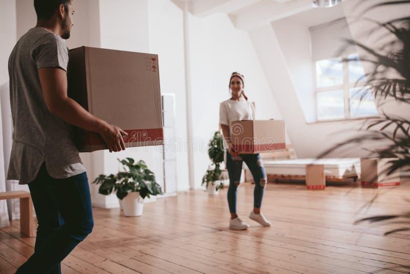 Пары двигая к новой квартире стоковые изображения rf