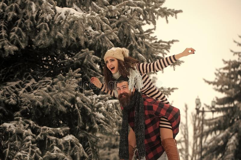 Пары влюбленн в красная шляпа Санта Клауса в зиме стоковое изображение rf
