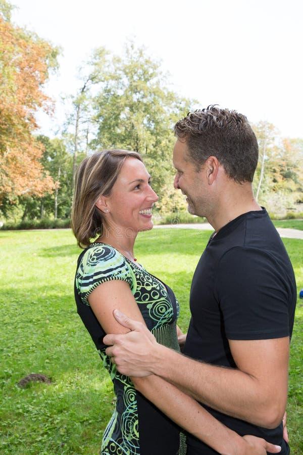 Пары во времени траты влюбленности качественном совместно в парке стоковое изображение