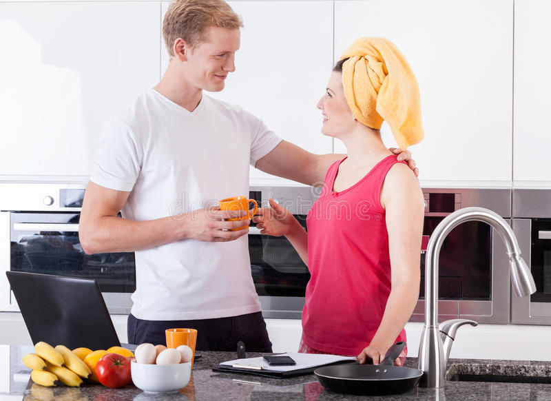 Пары во время завтрака в кухне стоковые фотографии rf