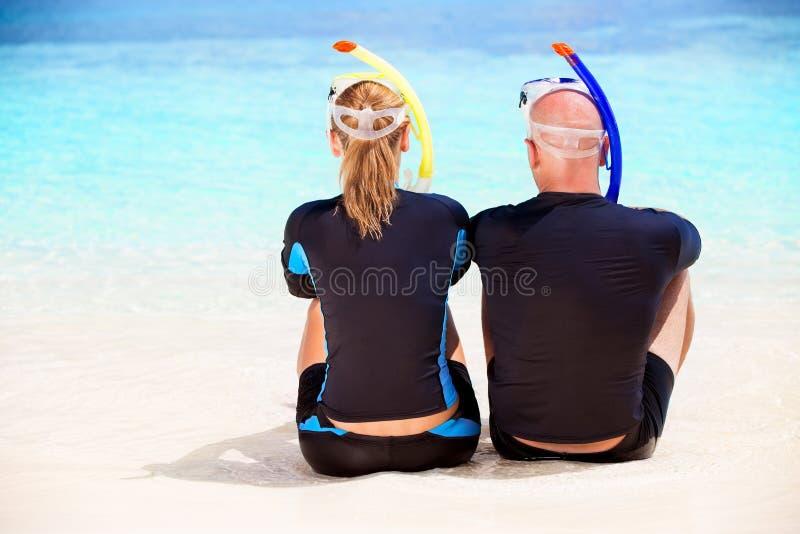Пары водолаза на пляже стоковое изображение