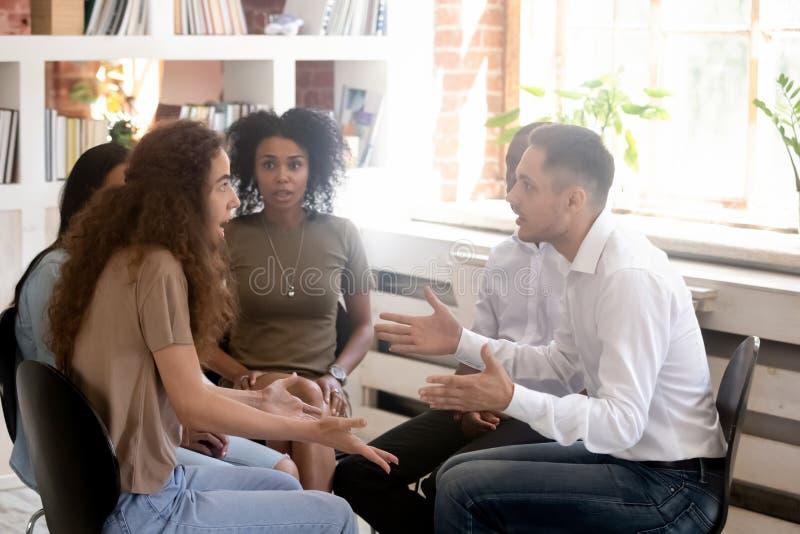 Пары враждуя во время встречи группы семинара или реабилитации стоковое изображение
