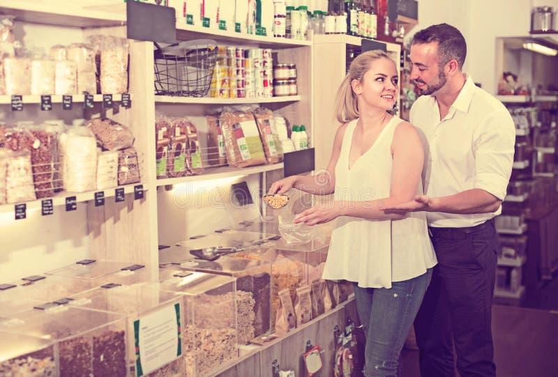 Пары выбирая гроуты в магазине стоковые изображения