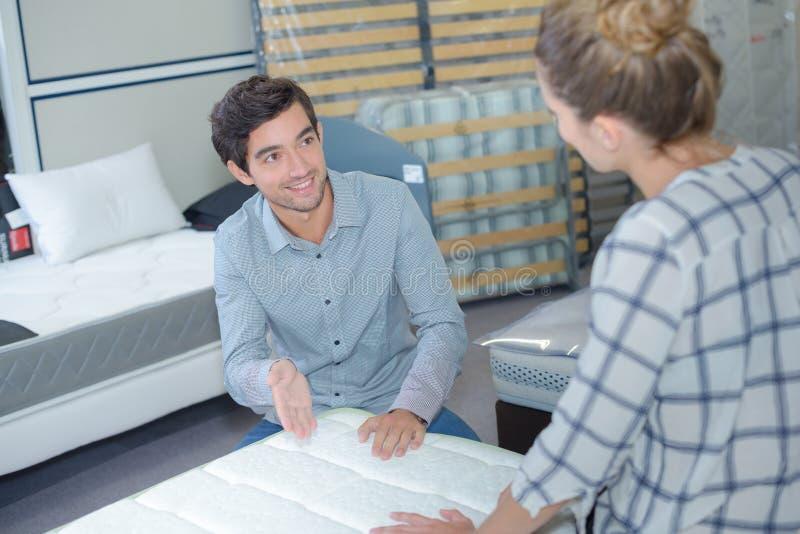 Пары выбирая правую мебель для их квартиры стоковые изображения rf