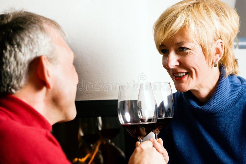 пары выпивая красное старшее вино стоковая фотография rf