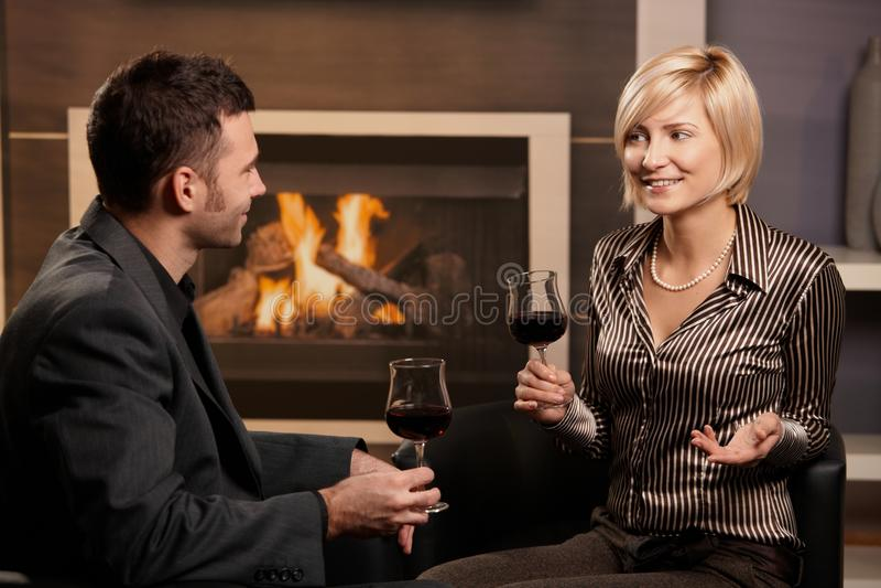 пары выпивая шикарное вино стоковая фотография rf