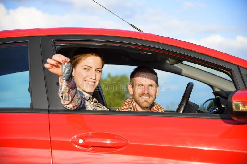 Пары в автомобиле стоковая фотография