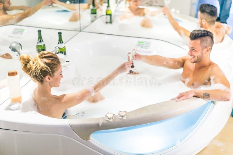 Пары в бассейне джакузи стоковое фото rf