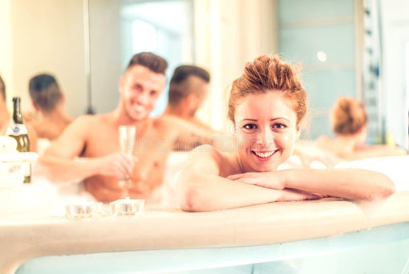 Пары в бассейне джакузи стоковое изображение