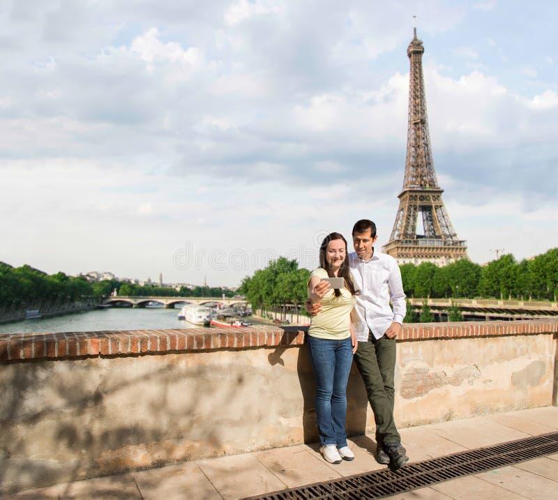 Пары в влюбленности делая фото selfie в Париже стоковые изображения rf