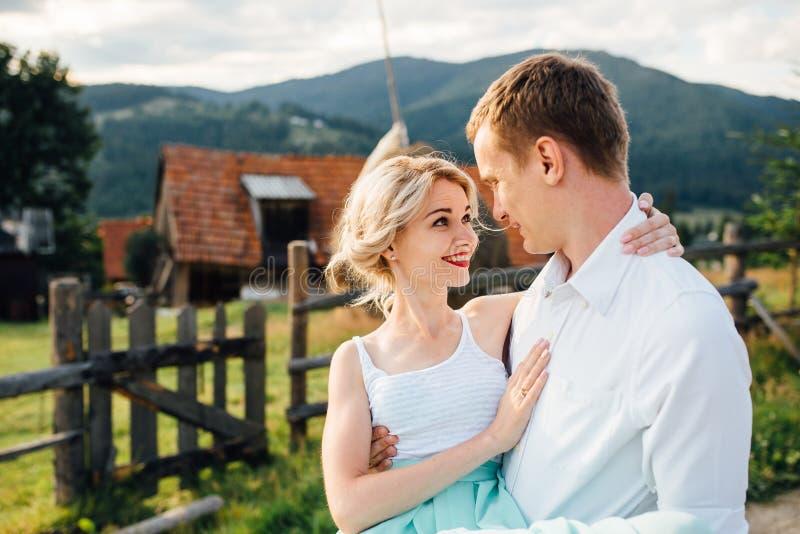 Пары в влюбленности идя в горы, имеющ потеху стоковое изображение