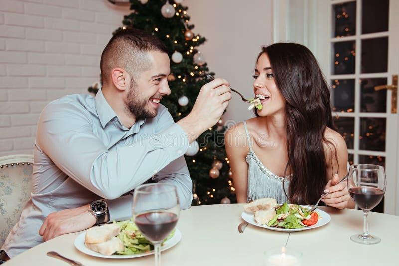 Пары в влюбленности, имеющ романтичный обедающий стоковое фото rf