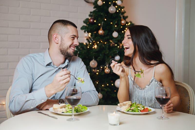 Пары в влюбленности, имеющ романтичный обедающий стоковые фото