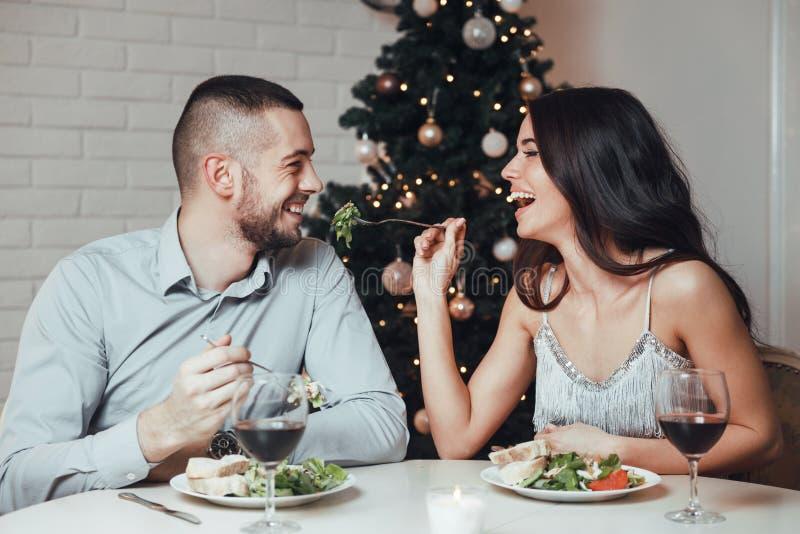 Пары в влюбленности, имеющ романтичный обедающий стоковая фотография rf