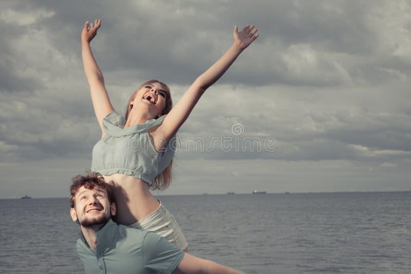 Пары в влюбленности имея потеху на пристани моря стоковые изображения rf