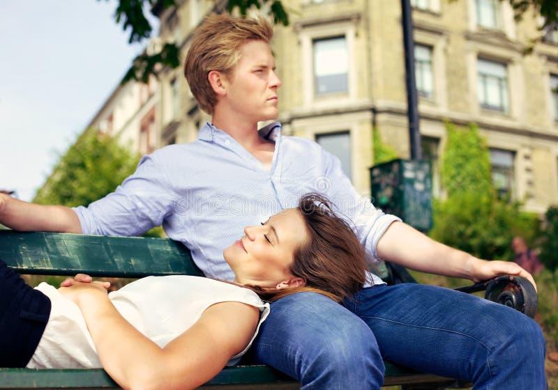 Пары в влюбленности ослабляя Outdoors стоковое фото rf