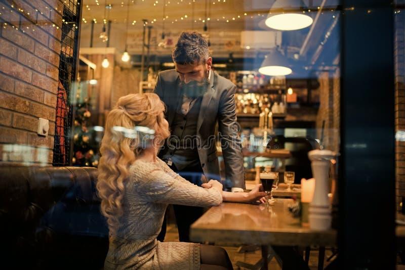 Пары в встрече влюбленности на ресторане День Святого Валентина с женщиной и бородатым человеком Встреча, предложение и годовщина стоковое изображение