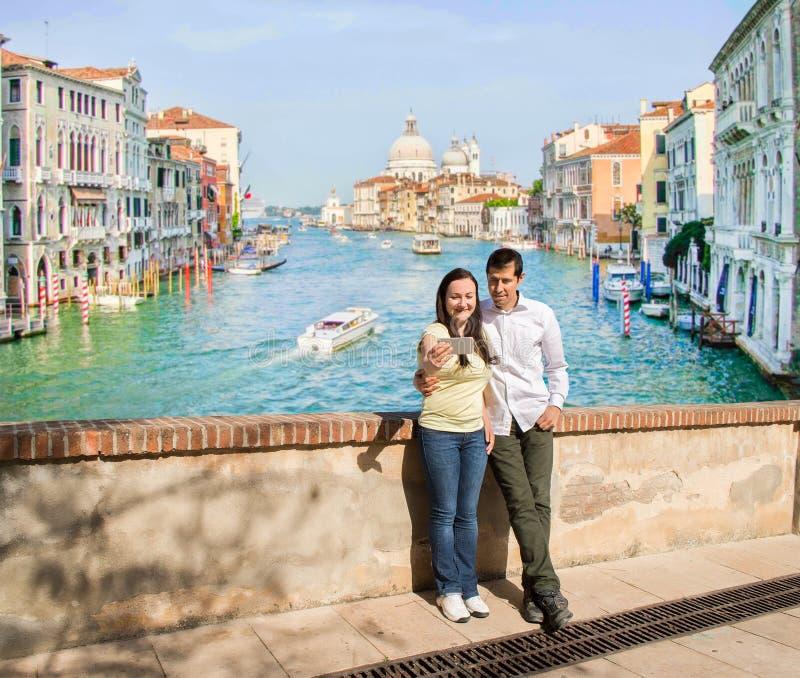 Пары в влюбленности делая фото selfie в Венеции стоковое изображение