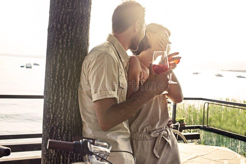 Пары в влюбленности имея spritz время с видом на озеро стоковые изображения rf