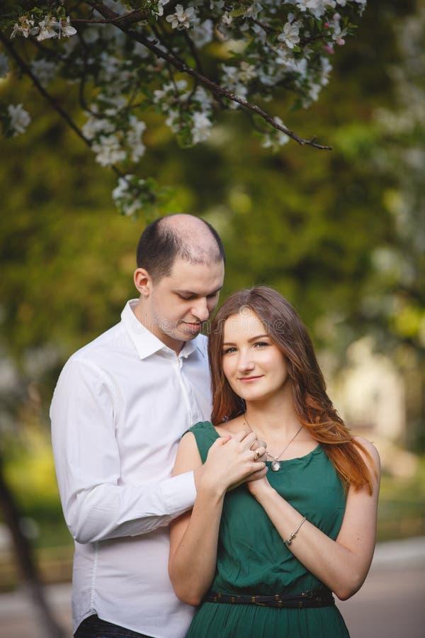 Пары в влюбленности: маленькая девочка и лысеющий человек в саде стоковая фотография rf