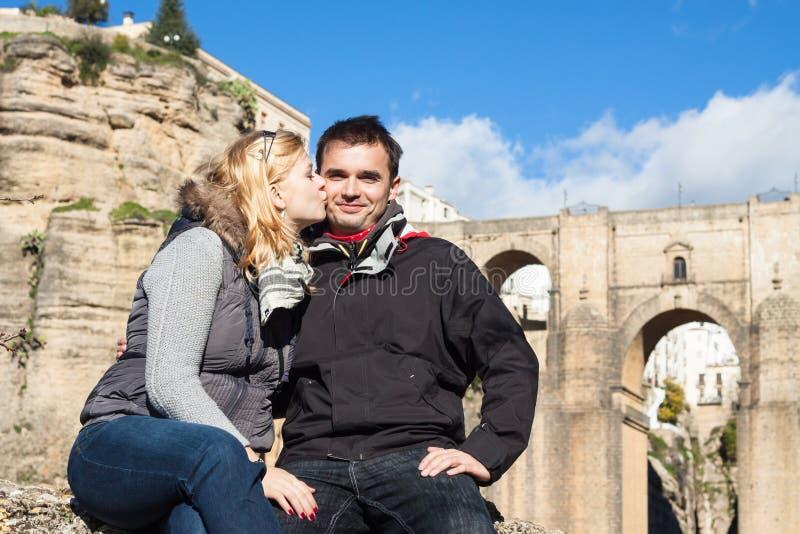 Пары в влюбленности наслаждаясь солнечным днем осени в Ronda стоковые изображения rf