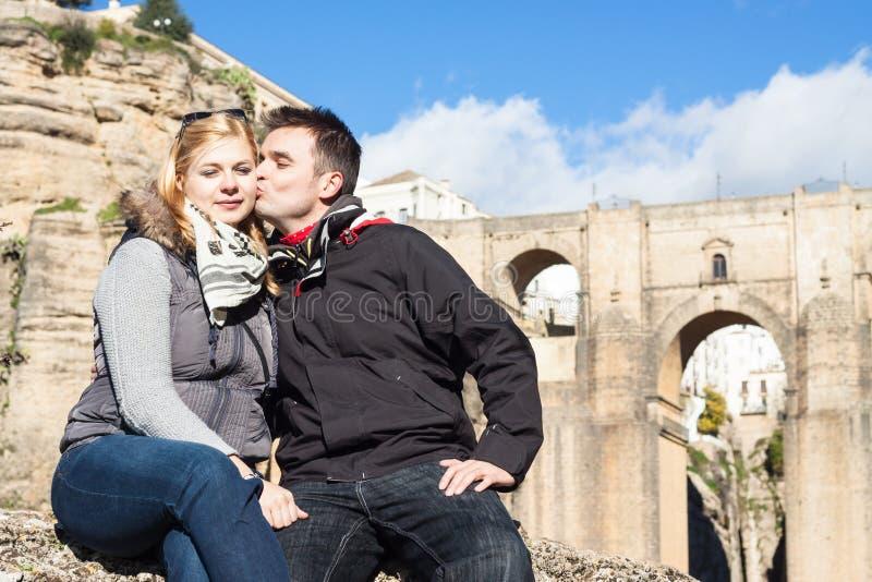 Пары в влюбленности наслаждаясь солнечным днем осени в Ronda стоковая фотография rf