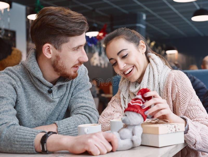 Пары в влюбленности на дате в кафе в дне валентинок стоковая фотография rf