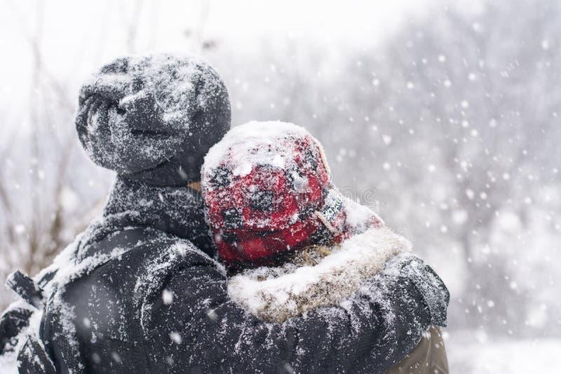 Пары в влюбленности outdoors обнимая на зимний день стоковое фото