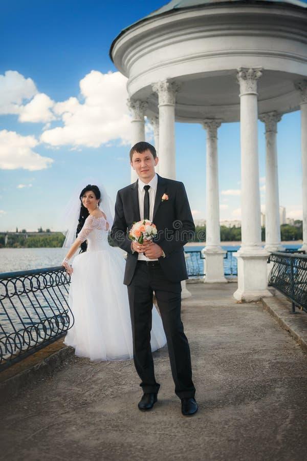 Пары в женихе и невеста влюбленности совместно в bridal летнем дне стоковая фотография rf