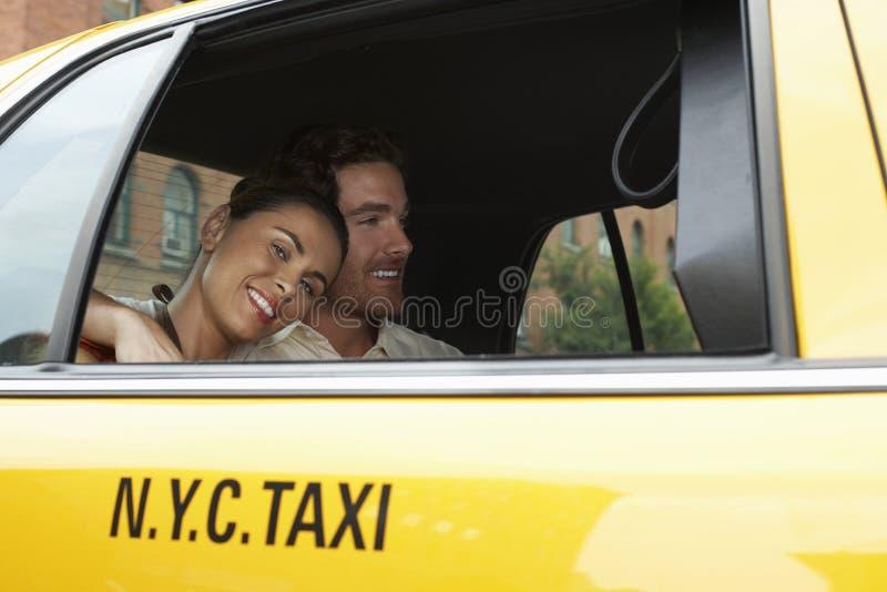Пары в желтом такси стоковая фотография