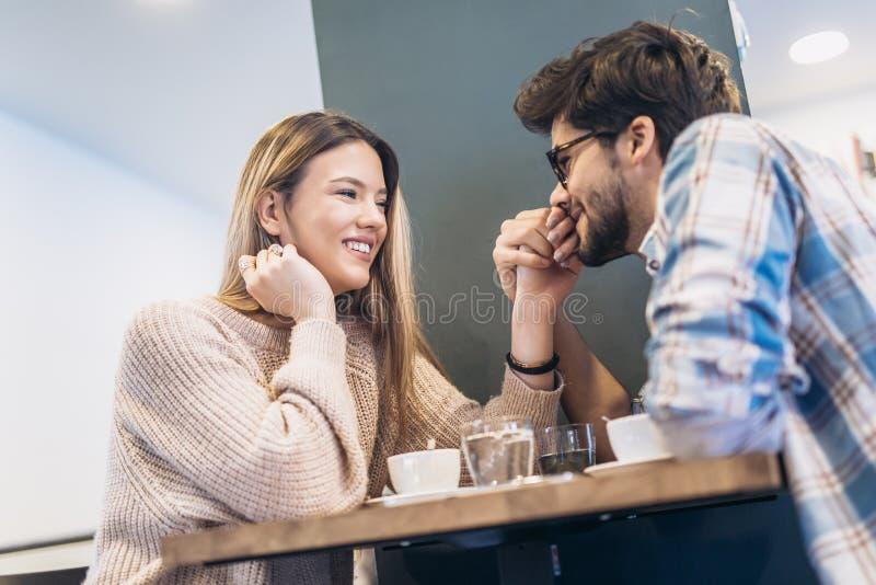 Пары в кафе наслаждаясь временем тратя друг с другом стоковая фотография rf