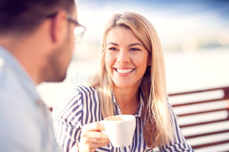 Пары в кафе стоковые фото