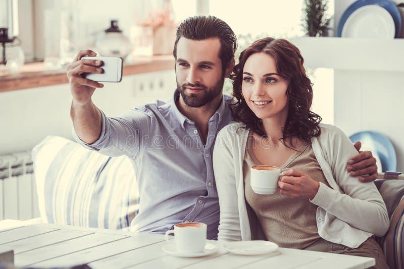 Пары в кафе стоковое изображение rf