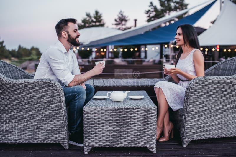 Пары в кафе outdoors стоковое изображение rf