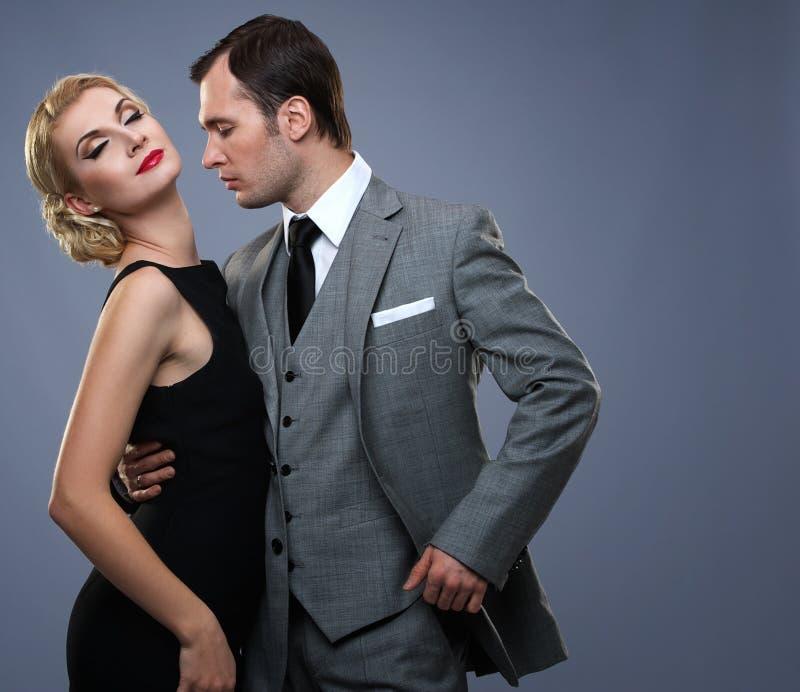 Пары в классицистической одежде совместно стоковое фото rf