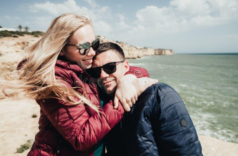 Пары в любов океаном r стоковые изображения rf