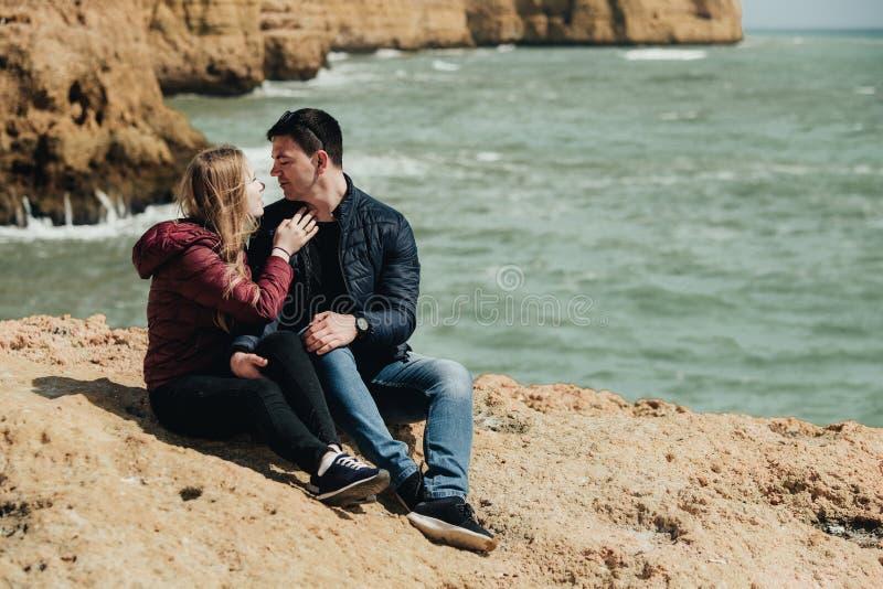 Пары в любов океаном r стоковые фото