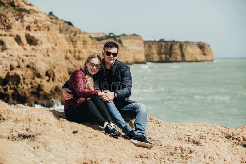 Пары в любов океаном r стоковые фотографии rf