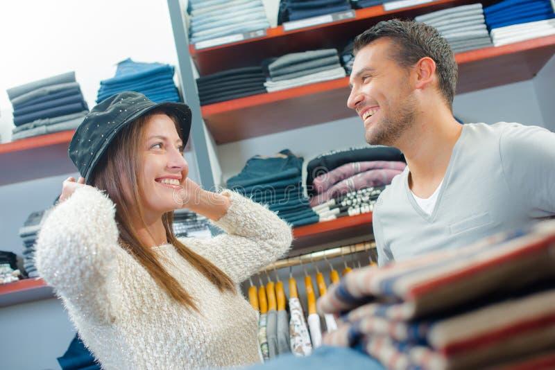 Пары в магазине пробуя на шляпе стоковая фотография rf