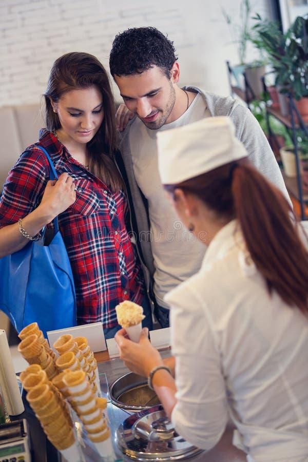 Пары в мороженом бутика стоковое изображение rf