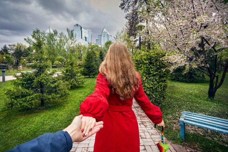 Пары в парке города на времени весны стоковое изображение