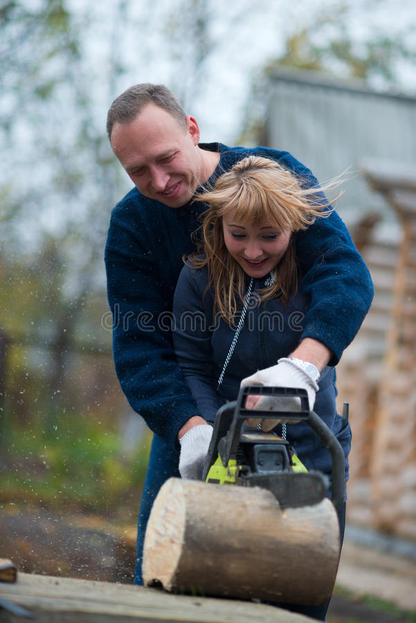 Пары в древесине sawing сада дома осени стоковая фотография rf