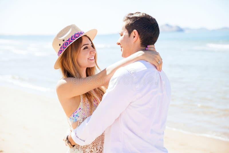Пары в романтичной дате на пляже стоковое фото rf
