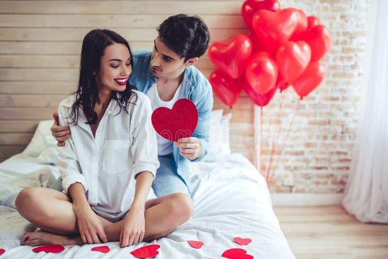 Пары в спальне стоковая фотография rf