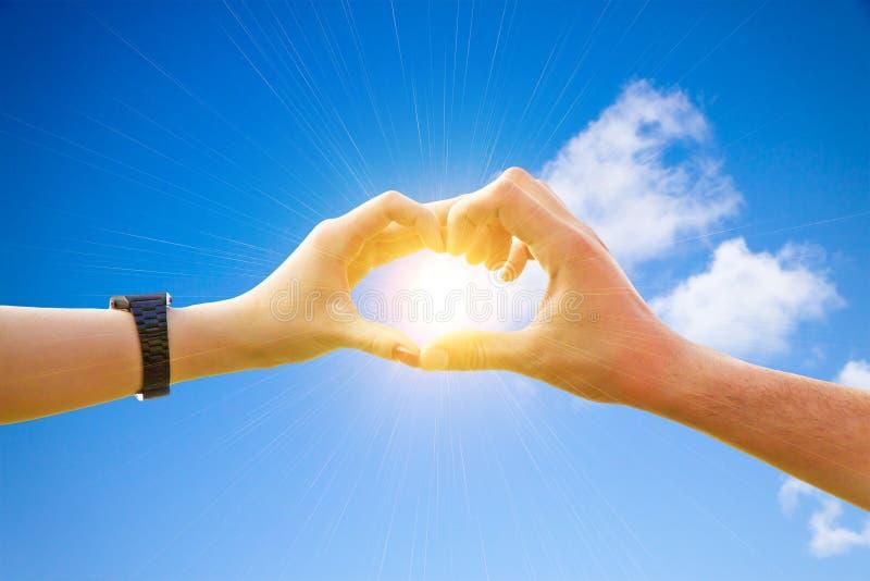 Пары влюбленности делая сердце руки стоковое фото rf